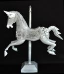 Grande cavalo de esculpido em bloco de madeira com ricos entalhes e bela policromia patinado de branco. Medida 37x38cm.