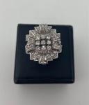Belo anel em platina, com vários diamantes de boa qualidade, pesando 8,2g, numeração 15