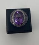 Lindo anel em ouro negro, com pedras ametistas e diamantes, pesando 13g, numeração 15