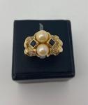 Anel em ouro 750, com pérolas verdadeiras, com pedra brasileira e diamantes, pesando 6,8g, numeração 13