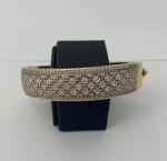 Belíssima pulseira em ouro 750, repleta de diamantes, pesando 54,7g, medindo aproximadamente 6,3cm de diâmetro