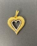 Lindo pingente em ouro amarelo 750, em formato de coração, contendo 29 brilhantes, pesando 10g, medindo 4,2cm de altura e 2,3cm de comprimento