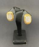 Belíssimo brinco de pressão em ouro amarelo 750, possuindo 36 brilhantes no total, pesando 11,5g, medindo 2,5cm
