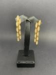 Belíssimo brinco em ouro amarelo 750, com aproximadamente 54 brilhantes, medindo 5cm, pesando 11,3g