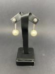 Lindo par de brinco em ouro branco 750, com diamantes, pérola não verdadeira porém belíssimo, pesando 8,4g, medindo 3,5cm
