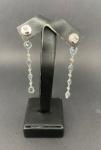 Lindo par de brincos de ouro branco, com água marinha e diamante, medindo 6,5cm, pesando 4,9g