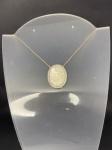 Lindo colar em ouro branco 750, com aproximadamente 43 diamantes, representando nossa senhora em madre pérola, medindo 50cm de comprimento, pesando 10,4g
