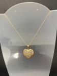 Linda gargantilha em ouro amarelo 750, contendo pingente em forma de coração, medindo 51cm de comprimento, pesando 3,4g