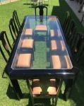 Mesa de jantar em madeira nobre na cor preta, com 8 cadeiras, com 1 pé de encaixe descolado, medindo mesa 80x240x150cm