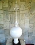 Abajur para duas luzes em forma de PINHA , pintado de branco com base em madeira e medindo 1,02 cm.
