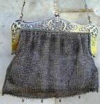 Bolsa em malha de PRATA com alça e rendados no fecho.  Com contraste de confirmação da prata. Medindo 14 x 15 cm e pesando 180 gr.