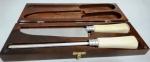 Conjunto de FACA com amolador (sheire ) -  com cabos em chifre , sem uso , na embalagem - caixa de madeira de ótima qualidade . Comprimento 26 cm.