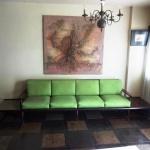 Grande sofá , todo em jacarandá , original da década de 50. , madeira maciça em design reto , almofadas soltas no tom verde . Mesas laterais em continuidade à base do sofá. Originário do Liceu de Artes e Oficios. Medidas : 380 cm , parte do sofá 265 cm , largura 78 e altura 78 cm . Desarma .