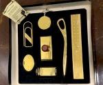 Golden Boutique -  Conjunto para mesa de escritório com muito bom banho de ouro  de 24 k , sem desgaste  , constando de 7 (sete ) peças  entre elas  régua , abridor de cartas , grande clips etc.. peças medindo entre 5 e 20 cm. Acondicionadas em embalagem própria - sem uso  e com certificado que receberam banho de ouro de 24 kilates.