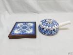 Lote composto de descanso de panela em madeira com azulejo e papa migalha em porcelana azul e branca. Medindo o descanso de panela 17cm x 17cm.