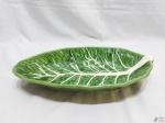 Travessa na forma de folha em porcelana verde. Medindo 38,5cm x 20cm x 6cm de altura.
