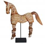 Espetacular e imponente cavalo de madeira com patas articuladas, ricos trabalhos de entalhe e suspenso em pedestal. Medida 57x50cm.