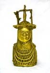 Nigéria, Africa, século XX. CABEÇA COMEMORATIVA DE UM OBÁ. Escultura em bronze. Altura = 29 cm. Peso = 2,9 Kg. O obá - rei ou governante na língua edo - é o chefe tradicional dos edos e dos iorubás, onde hoje está o território da moderna Nigéria. Os ferreiros do Benim possuem longa tradição na confecção do bronze e já dominavam o processo da cera perdida muito antes de aparecerem as primeiras peças europeias produzidas por este método. Raridade.