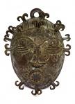 Excepcional máscara em bronze com escarificações e protuberâncias, executada à maneira dos artesãos fundidores do antigo reino do Benim, atuais República do Benim e Nigéria. Altura = 22 cm. Raridade.