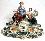 Maravilhoso relógio de mesa, acondicionada em porcelana europeia, medindo: 44 cm x 33 cm alt. (funcionamento desconhecido, precisa revisão, sem chave)(dedos, pulsos com perdas e colados)