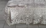 Toalha de mesa Ilha da Madeira bordada com flores e volutas, detalhes rendados ricamente trabalhados, medindo 250 x 175cm. Acompanha 11 guardanapos medindo 42 x 42cm.