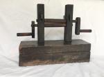 """Antigo """"Engenho"""" em jacarandá para esticar massas com rolos e manivelas, Brasil, século XIX. Alt. 43 x 51 x 18cm."""