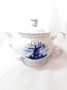 Bule de Chá em Porcelana Delft azul e branca  Decorado Moinho. Medida: 10,5 cm altura x 7,5 cm diametro. Apresenta  pequeno Bicado Bico