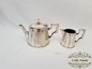 Jogo de bule  e leiteira em prata 90 ERCUIS  francesa. numerada .Medida: Bule 10,5 cm altura x 7 cm diametro e Leiteira 8 cm altura x 5,5 cm diametro.