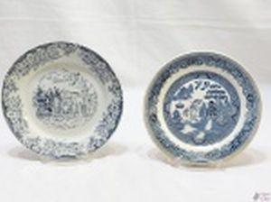 Lote de 2 pratos decorativos em porcelana. Medindo o maior 19cm de diâmetro. Não acompanha o suporte.