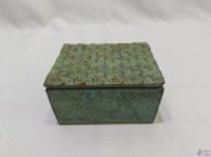 Caixa retangular em ferro forget com patina verde. Medindo 10,5cm x 9cm x 5cm de altura.