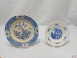 Lote de 2 pratos decorativos em porcelana, sendo um em porcelana inglesa e um em porcelana Porto Ferreiro. Medindo o maior 22,5cm de diâmetro. Suporte não incluso.