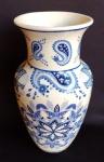Belíssimo vaso de porcelana oriental com rica policromia em azul. Medida 25 cm de altura.