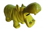 Cofre de porcelana no formato de hipopótamo. Medida 26x10cm.