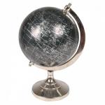 Grande e imponente globo com base e suportes em metal e globo com fundo preto. Medida total 32 cm de altura.