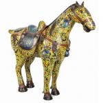 Grande e raro cavalo em cloisonné. Cela móvel. China, Qing, princípio do Séc. XIX. 84 x 92 cm. Mínimos restauros. (Devido a fragilidade desse lote, seu envio só será realizado através de transportadora especializada).