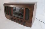 Antigo rádio de mesa inglês, marca PYE - Cambridge - England, com seis faixas Open Aerial A.C. Receiver, com caixa em madeira em muito bom estado de conservação. Não foi testado, sem funcionamento aparente. Med.: 33 cm X 57 cm X 27 cm. Os cinco botões apresentam desgaste do tempo.