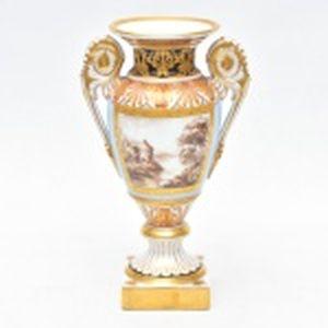 VISTA ALEGRE  - Pequena ânfora policromada e dourada ao estilo austríaco com reservas de um lado paisagem do outro floral. Altura 17 cm.