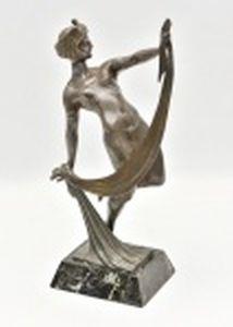 Dançarina egípcia  ART DECÔ, em petit bronze  montado sobre mármore rajado negro, circa 1920, Marcado na base com monograma. Altura 35 cm.