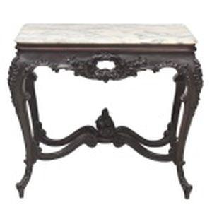 Mesa de apresentação em madeira nobre européia com ricos entalhes, pés curvos com amarração em X. Tampo em mármore branco e cinza. Altura 80 cm. Dimensões do tampo 86 x  50 cm.
