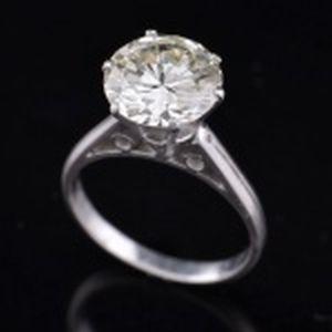 Anel de Platina, modelo solitário de 6 grifas, contendo um (01) diamante de lapidação redonda brilhante, com as seguintes características:Peso:  3.25 ct aprox. Medidas:  9,63 - 9,67 x 5,70 mm aprox. Grau de cor: O - Grau de pureza: VS-1Propoções: MESA: 63%. Acompanha certificado do WALTER LEITE.