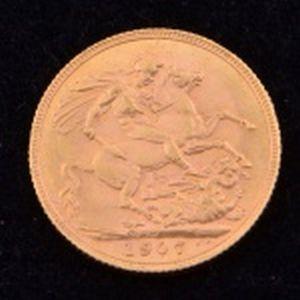 Libra de ouro pesando 7.9 g.