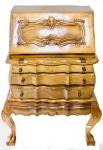 Cômoda papeleira no estilo Dom José I, em madeira de lei, com 2 gavetões na parte inferior, puxadores em madeira. Escrivaninha de porta abatan guarnecida com ricos detalhes na parte superior e na parte interna possui 9 gavetinhas. Med: 1,05x0,71x0,50cm.