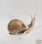 Enfeite na forma de caracol em  espessurado a prata  com casco  em resina . Medida:18 cm comprimento x 14 cm altura