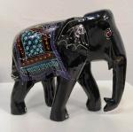 Elefante indiano em madeira pintada , ricamente policromada. Faltam as presas.  Mede: 17x15 cm
