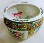 Aquário em  Porcelana Chinesa com desenhos florais e peixes pintados no interior . Linda peça .  Mede: 22 x 32  cm