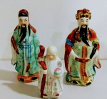 3 peças de porcelanas pequenas alusivos aos reis chines da Fortuna , xxxxx e um monge. Mede: 10 e 15 cm