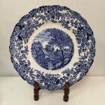 Belíssimo Prato em porcelana Inglesa ricamente ornamentado  . Marca : MIL STREAM -JOHNSON BROS  . Mede: 26 cm - Suporte não incluso