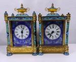 Par de relógios de mesa em bronze com detalhes de pinturas estilo cloisonê , com visor em porcelana, precisa de reparos . Falta de algumas pontas e pés . No estado. Mede:
