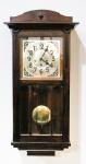 RELÓGIO - relógio de parede carrilhão, caixa em madeira, mostrador em metal 82 x 33 x 19 cm. (Acompanha pendulo e chave porém necessita limpeza e lubrificação pelo fato de estar há muito tempo sem uso).