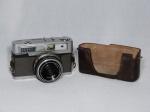 Antiga câmera Minolta UNIOMAT, acompanha lente 1::8, F45mm, número de série 269641, capa inferior em couro. Década de 60. Necessita revisão. 9 x 14 x 8cm